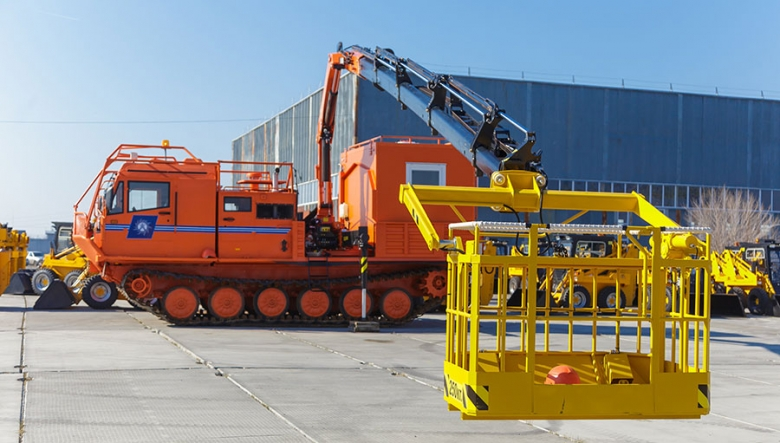 Гусеничная транспортная машина ТМ140 с крано-манипуляторной установкой INMAN 150N и съемным пассажирским модулем
